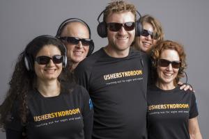 Team Ushesyndroom.nl met koptelefoons en zonnebrillen