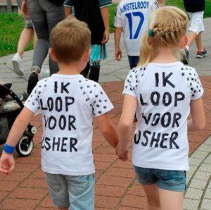 Hand in hand lopen 2 kinderen voor Usher